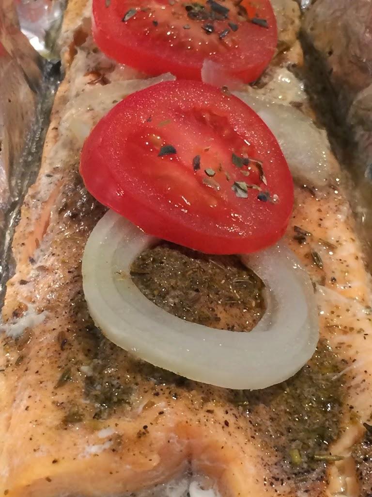 Filets de truite , tomates et oignons en papillote